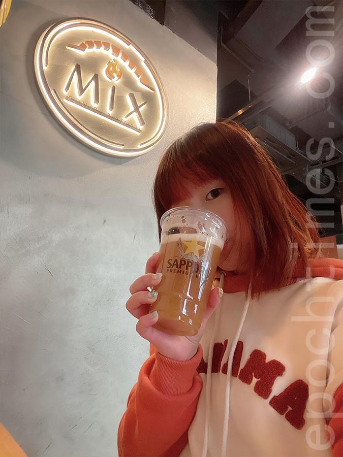 Siu Shan品嚐德國白啤,香味十足。(Siu Shan提供)
