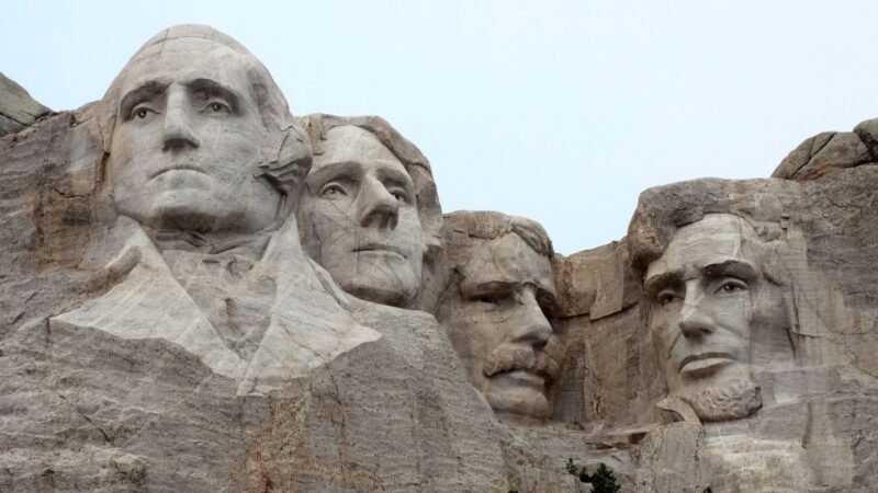 三藩市日前宣佈將把華盛頓、林肯等歷史人名從公立學校校名中除名。圖為美國南達科他州拉什莫爾山國家紀念公園中的「總統山」。(pixabay.com)