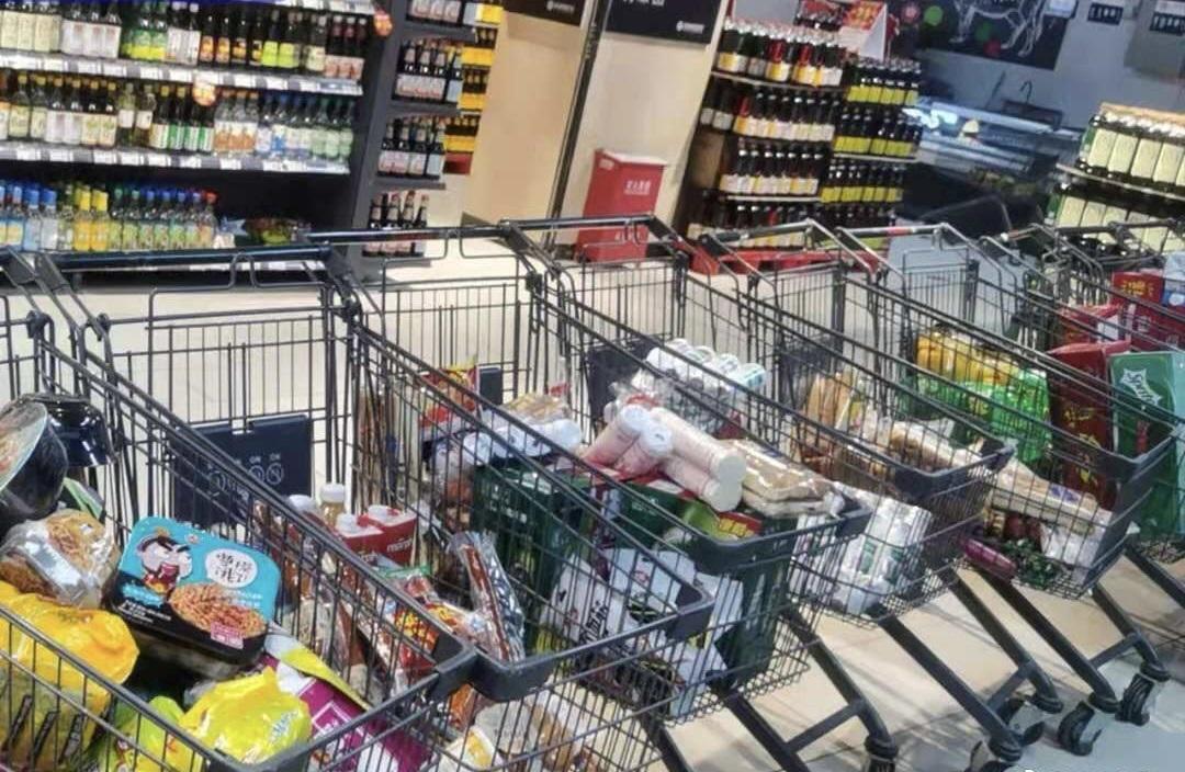志願者給急需物資的民眾採購時所攝。(微博圖片)