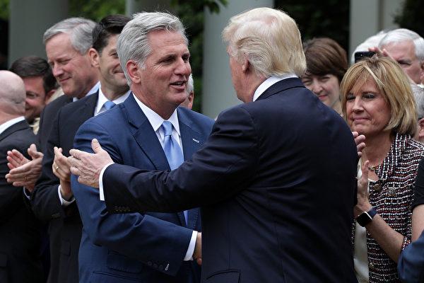 前美國總統特朗普1月28日在佛羅里達州與眾議院少數黨領袖凱文‧麥卡錫(Kevin McCarthy)舉行卸任後的首次公開會晤。(Alex Wong / Getty Images)