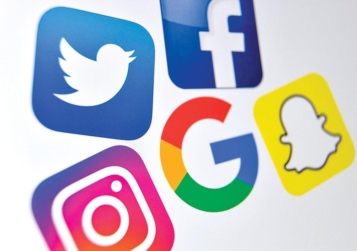 美國的各大網絡、社交媒體平台,依次為推特(左上)、臉書(右上)、Instragram(左下)、谷歌(中)、Snapchat(右下)。(Denis Charlet/AFP/Getty Images)