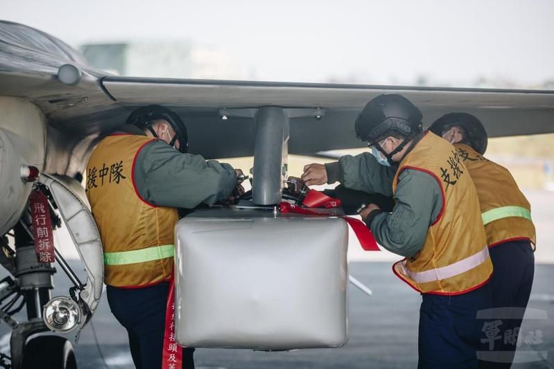 中華民國空軍地勤人員執行「萬劍彈潛力裝掛」工作。(軍聞社提供)