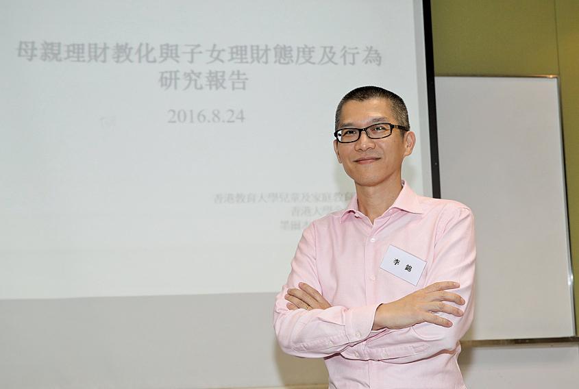 兒童及青少年理財教育推廣基金會創辦人李錦建議,家長應以不同方法鼓勵孩子學習理財行為。(余鋼/大紀元)
