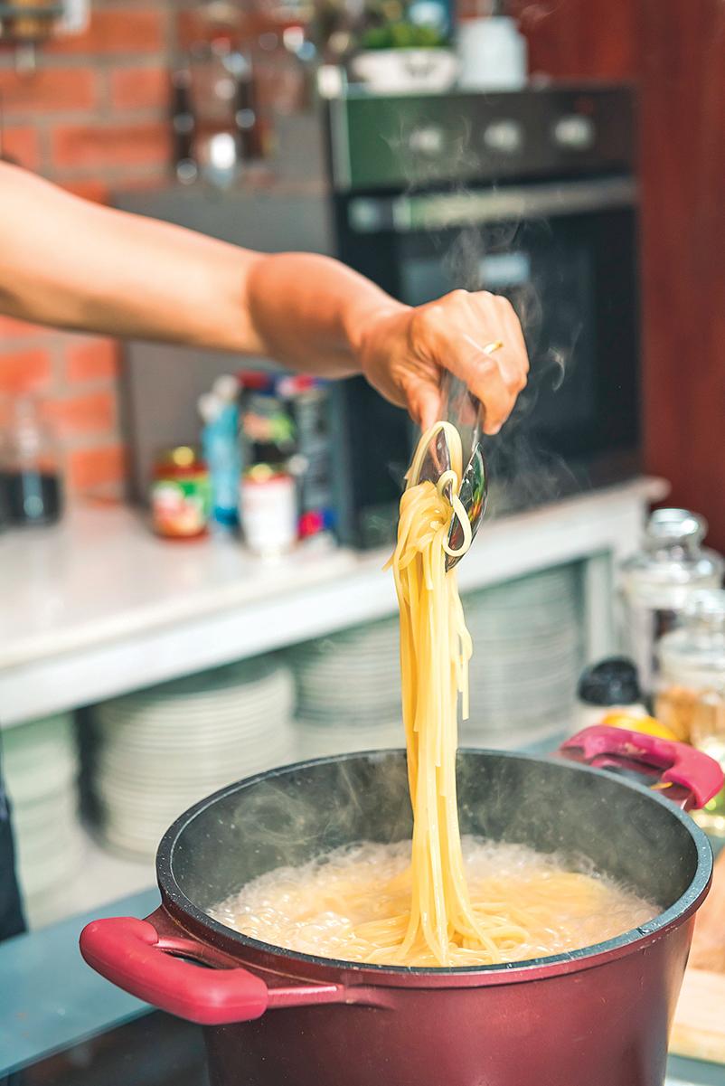煮意粉留下的熱水不要急著倒掉,因為有很多用途。