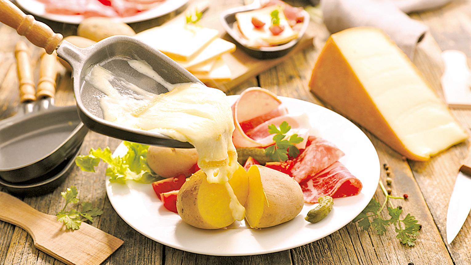 瑞士人食用瑞克雷芝士,會先將芝士加溫融化。