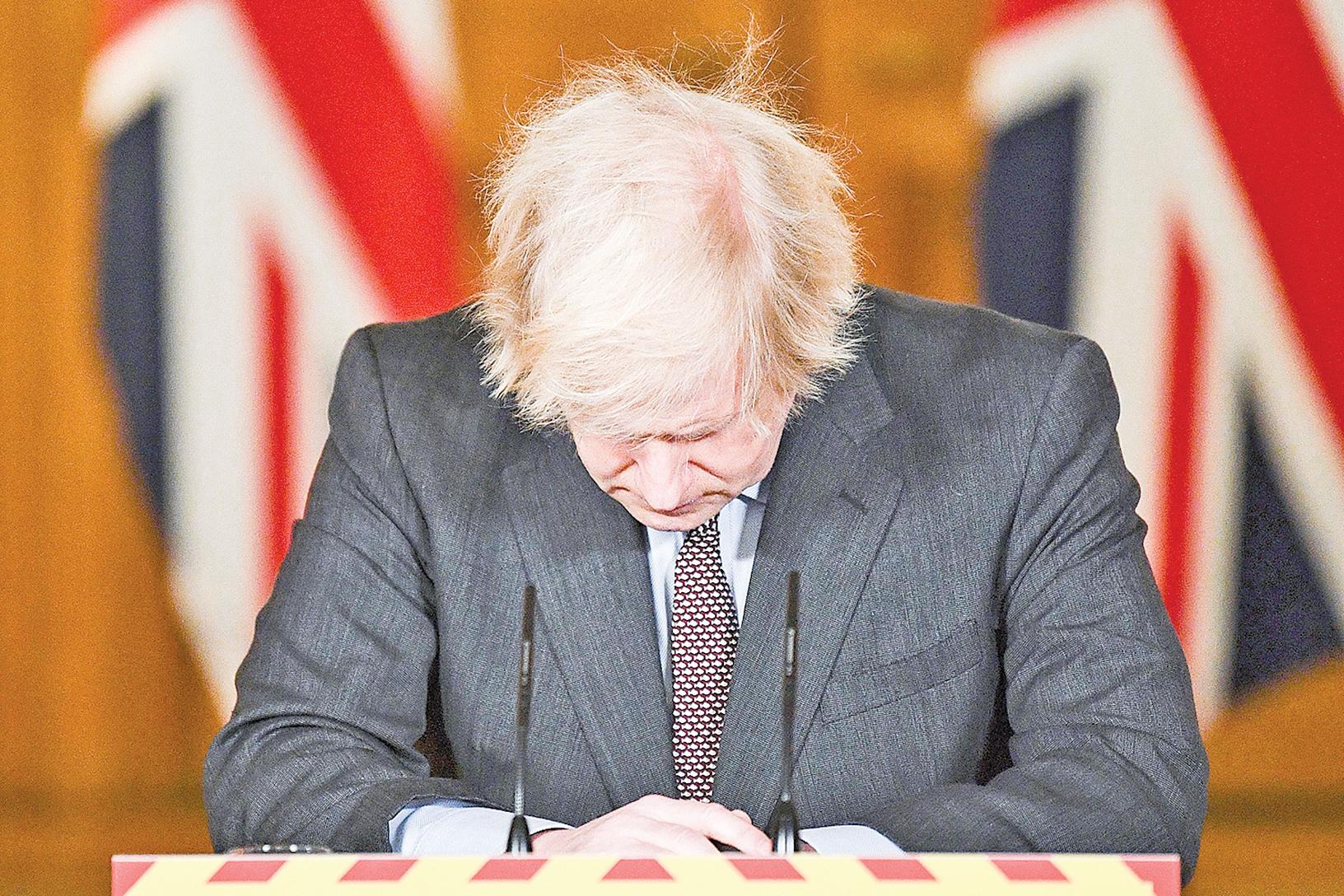 1月26日,英國首相約翰遜(Boris Johnson)參加疫情發佈會。英國因疫情死亡人數已超過10萬人。(Justin Tallis/POOL/AFP via Getty Images)