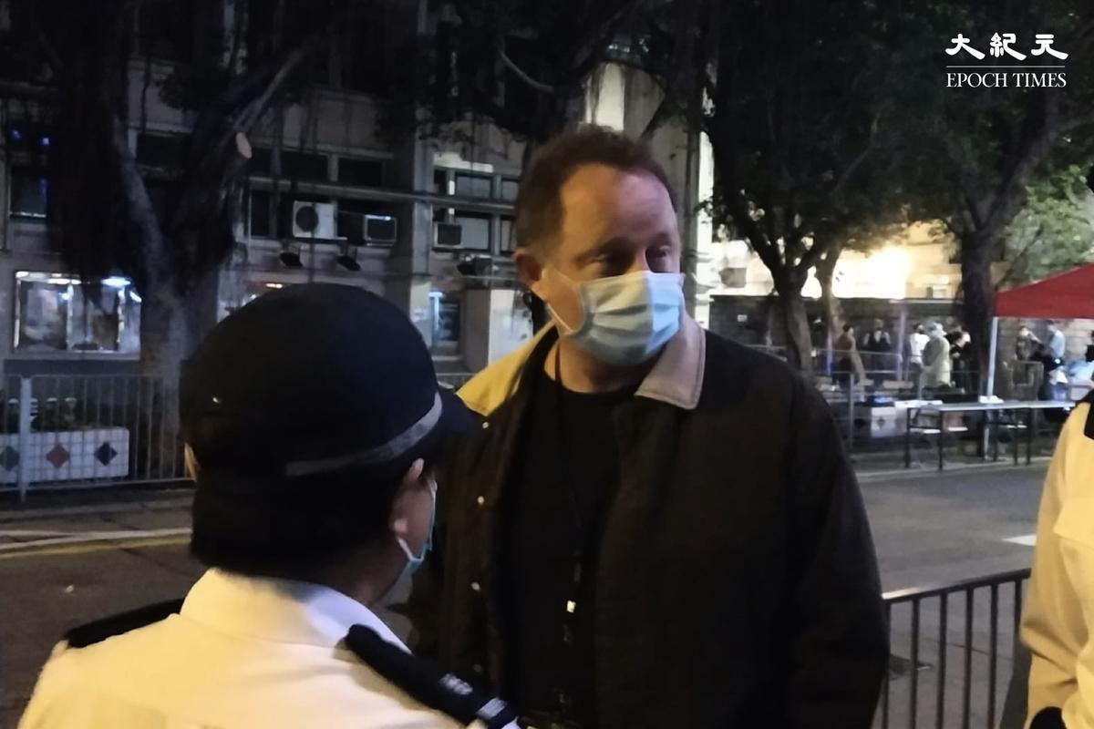 西九龍總區指揮官陶輝2月1日深夜到油麻地現場視察。(Billy Chan/大紀元)
