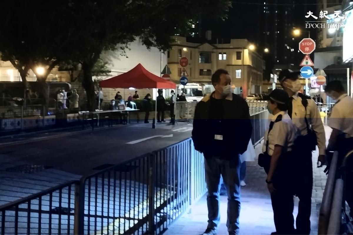 港府一晚封四區,西九龍總區指揮官陶輝2月1日深夜到場視察。(Billy Chan/大紀元)