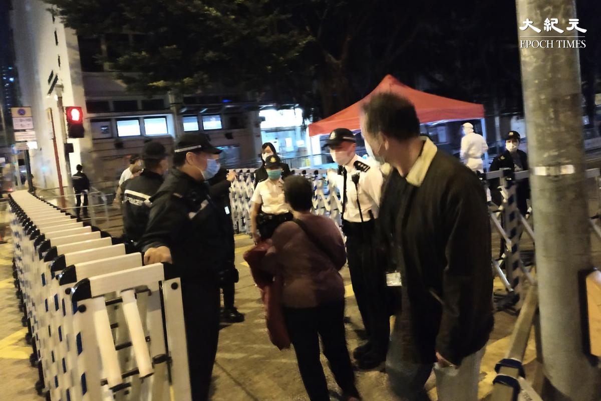 港府2月1日晚突擊封四區域進行強檢。(Billy Chan/大紀元)