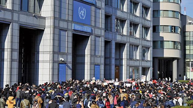 2021年2月1日,緬甸有民眾在東京聯合國大學大樓外抗議。(PHILIP FONG/AFP via Getty Images)