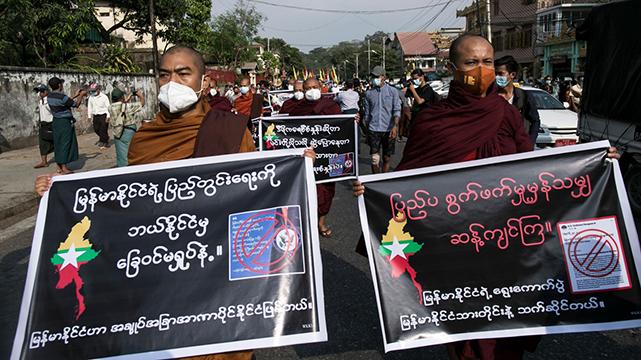 圖為2021年1月30日,緬甸佛教僧侶參加抗議活動,要求調查選舉舞弊問題。(SAI AUNG MAIN/AFP via Getty Images)