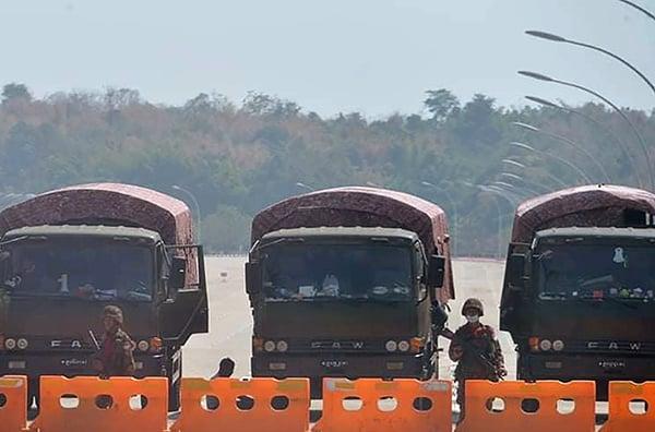2021年2月1日,緬甸軍方政變後,士兵們在緬甸議會的封鎖路上站崗。(STR/AFP via Getty Images)