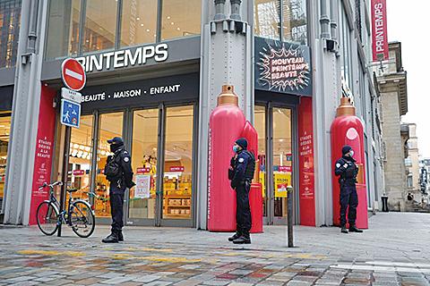 2021年1月31日,法國警察在巴黎Le Printemps購物中心附近巡邏,大型購物中心被關閉。(Getty Images)