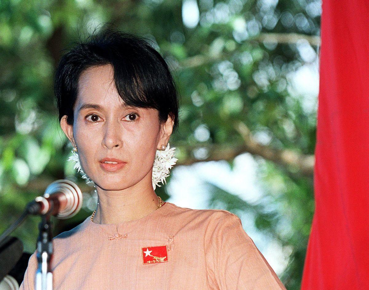 2月1日凌晨,緬甸軍方以大選存在舞弊為名發起政變,扣押昂山素姬、緬甸總統溫敏等多名政府高級官員。圖為昂山素姬資料照。(EMMANUEL DUNAND/AFP via Getty Images)