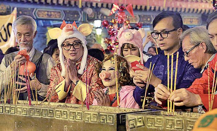 藝人黃夏蕙每年都會按傳統去黃仙祠上頭炷香,2019年她以「粉紅豬」造型(前排中)上香。(大紀元資料圖片)