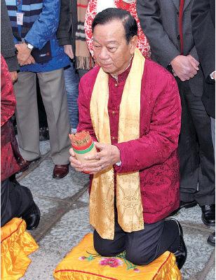 2003年時任民政事務局前局長何志平為香港求得下籤,自此,求籤的重任落在新界鄉議局主席劉皇發(圖),後為其子劉業強身上。(大紀元資料圖片)