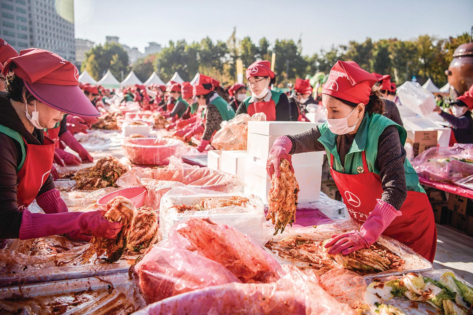 事實上,中國四川泡菜(Paocai)與韓國泡菜(Kimchi)沒有關係,它們都有各自的國際標準。而環時卻無端地挑動是非。圖為2018年11月,很多志願者參加在韓國首爾舉行的泡菜製作節。(Getty Images)