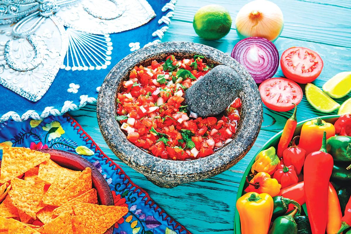 傳統墨西哥美食有各種醬汁與佐料,運用手工研磨融合各種食材。