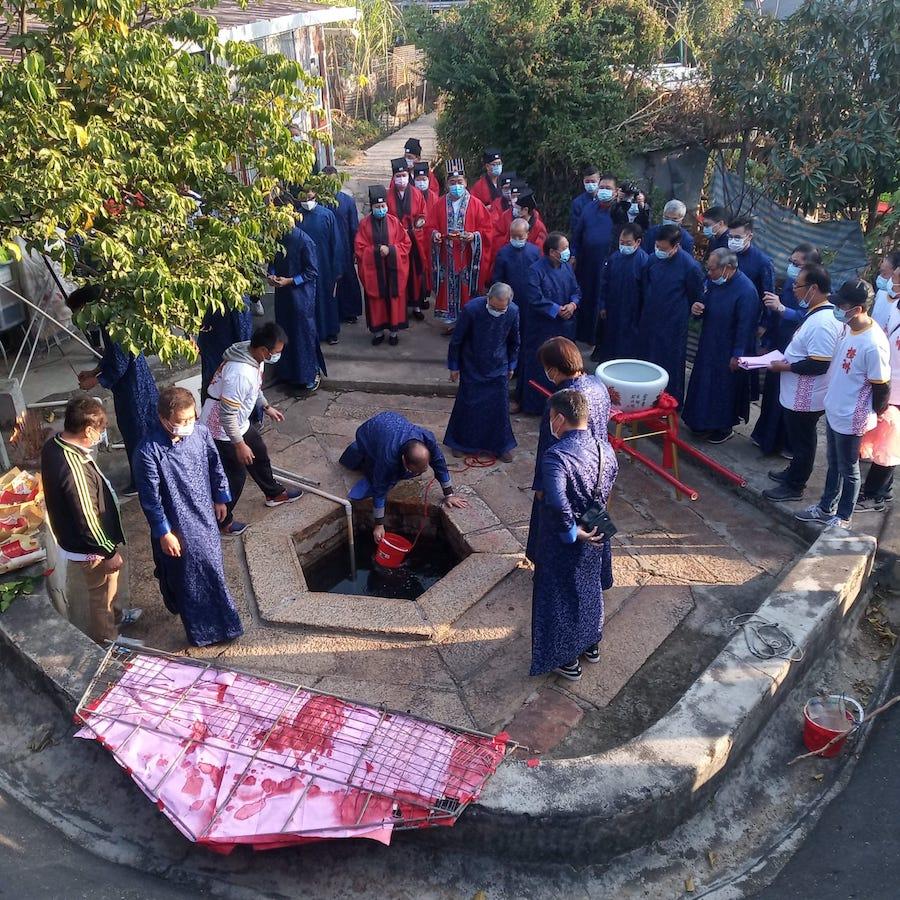 橫洲太平清醮期間,村民到訪橫洲坑龍尾的井頭六角井舉行「取水」儀式。(Ernest Tsang 提供)