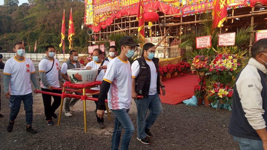村民將六角井中的水帶回醮棚。(Ernest Tsang 提供)