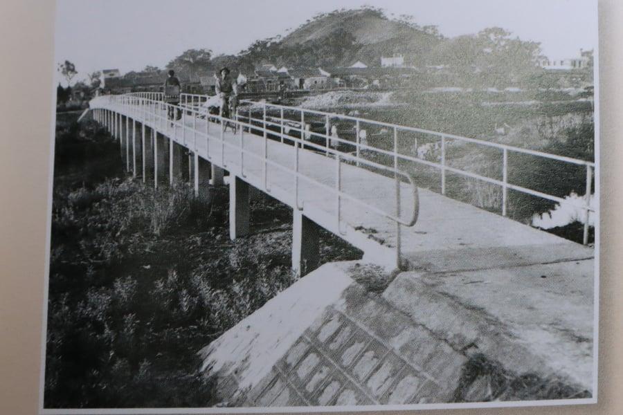 橫洲跨過山貝河通出元朗的第二代橋。(翻拍自《2018橫洲二聖宮三百年慶典特刊》)