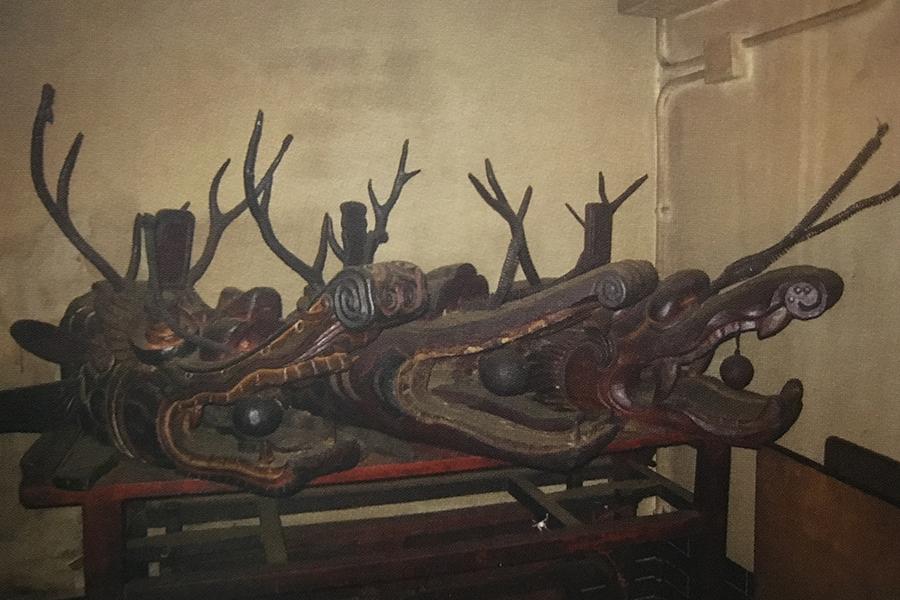 二聖宮內的三個龍頭,便是昔日橫洲龍舟隊的見證,也是當年元朗河道縱橫的歷史印記。(翻拍自《2018橫洲二聖宮三百年慶典特刊》)