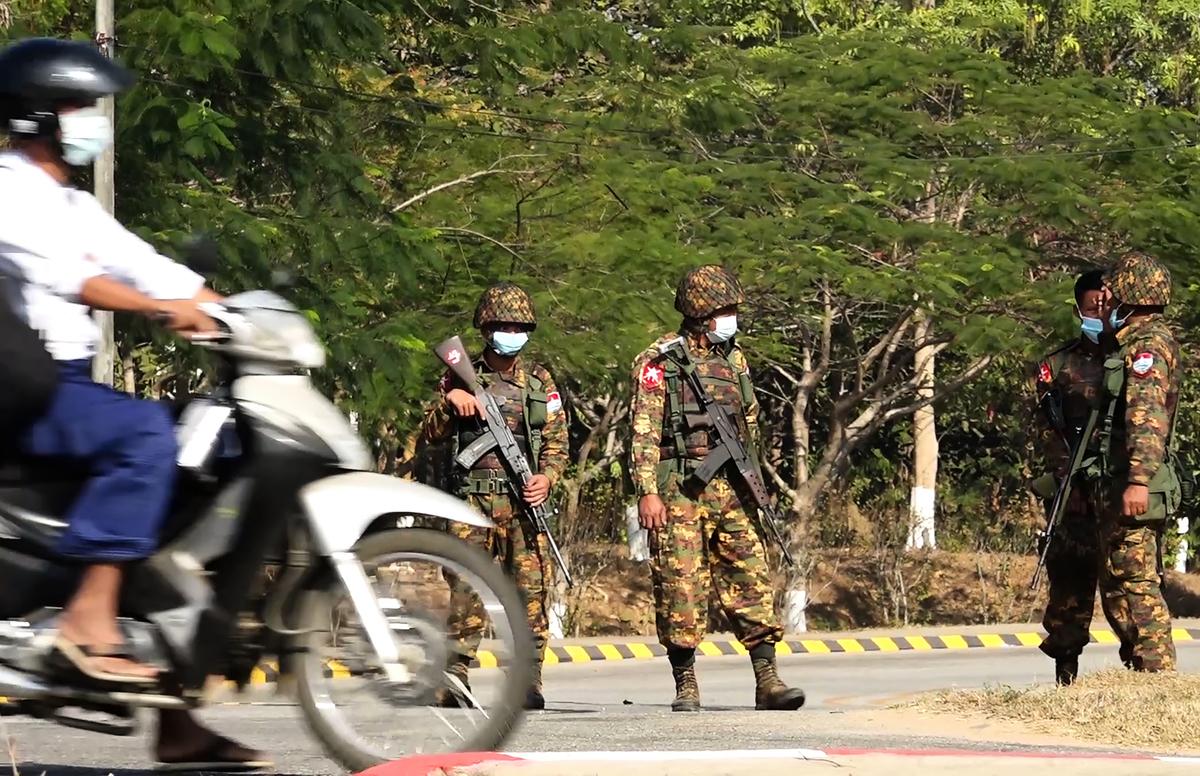 緬甸軍方2月1日凌晨發動政變,當地局勢動盪,超過10萬華僑受困當地無法返回中國,中領館不聞不問。圖為緬軍士兵在內比都一條街道上站崗。( STR/AFP via Getty Images)