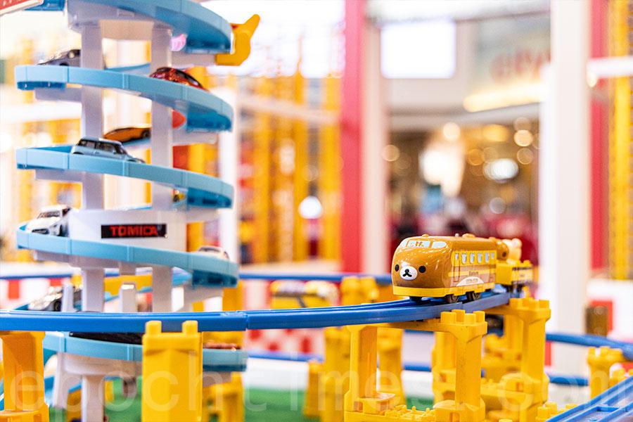 在TOMICA世界情景模型中,可找到各式各樣行駛中的TOMICA模型火車。(陳仲明/大紀元)
