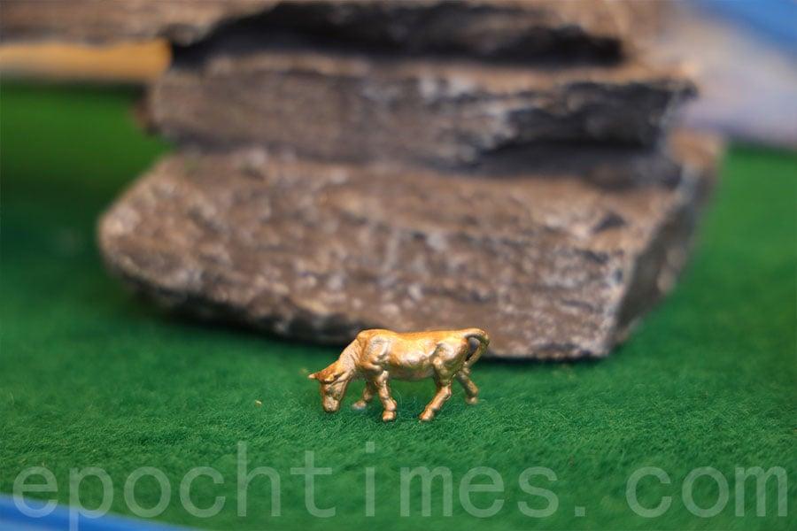 為配合「牛年」主題,場內的TOMICA世界情景模型中,隱藏多隻「金牛」,只要參加遊戲並最快答中隱藏「金牛」數量,就會有機會得到禮券或其他TOMICA禮品。(陳仲明/大紀元)