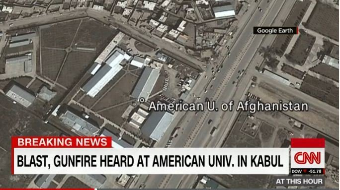 位於阿富汗喀布爾一所美國大學發生爆炸和槍擊事件,校園裏大火燃燒。(視像擷圖)