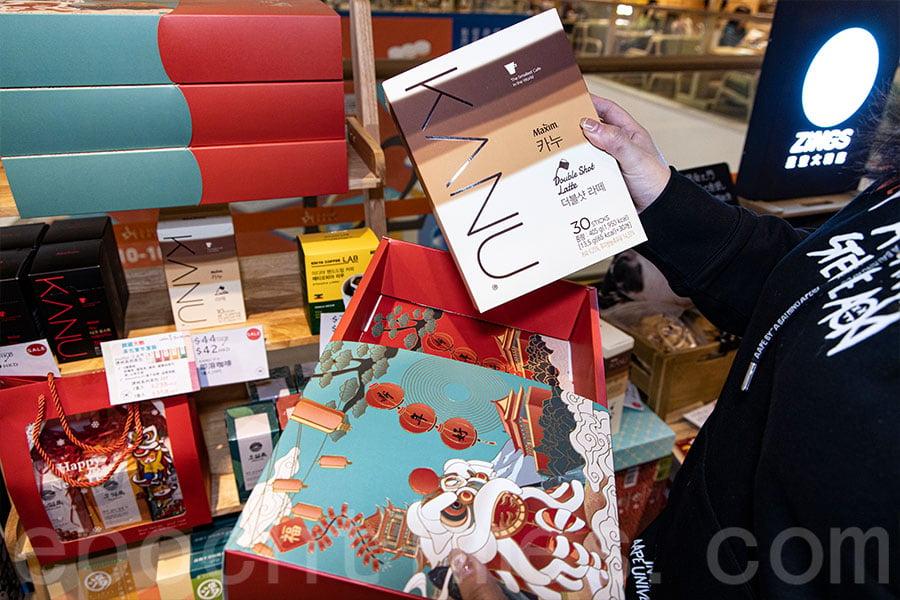 韓國KANU賀年禮盒以拿鐵系列即溶咖啡為主。(陳仲明/大紀元)