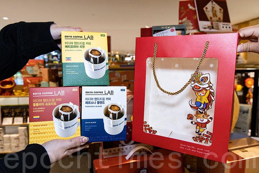 韓國EDIYA匠人手沖咖啡掛耳包賀年套裝。(陳仲明/大紀元)