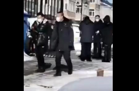 2月3日,黑龍江呼蘭隔離居民捅死自願者,犯罪嫌疑人已被刑事拘留。(網頁截圖)