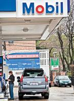 兩石油巨頭去年虧損巨大 估復甦緩慢