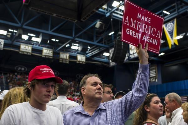 8月22日,在美國俄亥俄州阿克倫城,一名不明身份的支持者舉牌出現在共和黨總統候選人特朗普的一個競選集會上。特朗普目前在俄亥俄州的民調落後於民主黨總統候選人希拉莉·克林頓,但他的競選經理說,特朗普擁有隱蔽選民的支持。(Angelo Merendino/Getty Images)