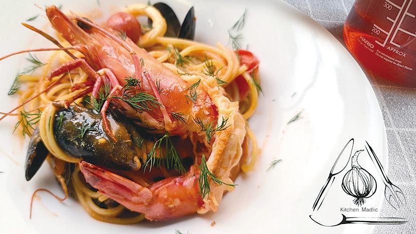紅蝦藍貝伴蝦湯燴意粉。