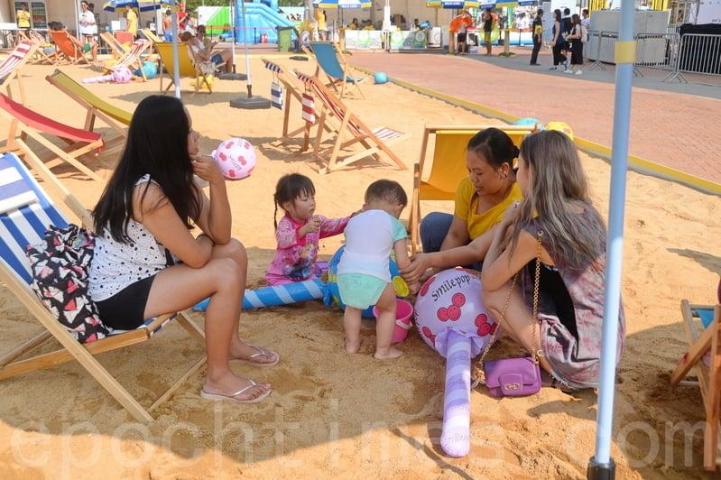 除滑水梯外,今年的Slide The City香港站還設有泡泡池、吹氣迷宮、人造沙灘等多項玩樂設施。(宋祥龍/大紀元)