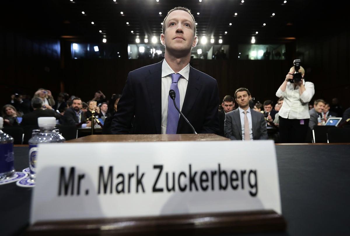 面書高管們對話的影片被曝光,朱克伯格承認面書暗中屏蔽與審查保守派言論。圖為朱克伯格在參議院聯合聽證會上作證。(Chip Somodevilla/Getty Images)