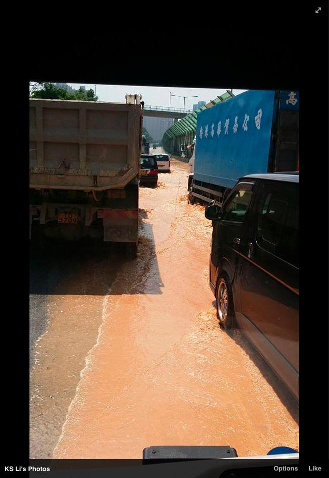 上水一處水管爆裂,造成路面及東鐵線路軌水浸,路面交通及列車服務大受影響。(Facebook擷圖)