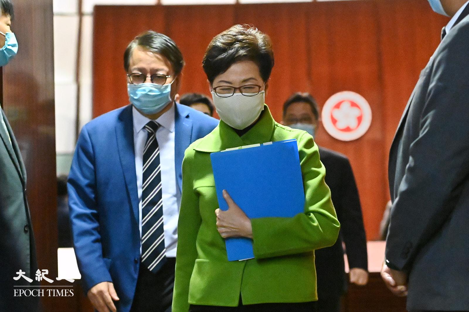 2月4日,香港特首林鄭月娥出席立法會答問會後,步出會議廳。(宋碧龍/大紀元)