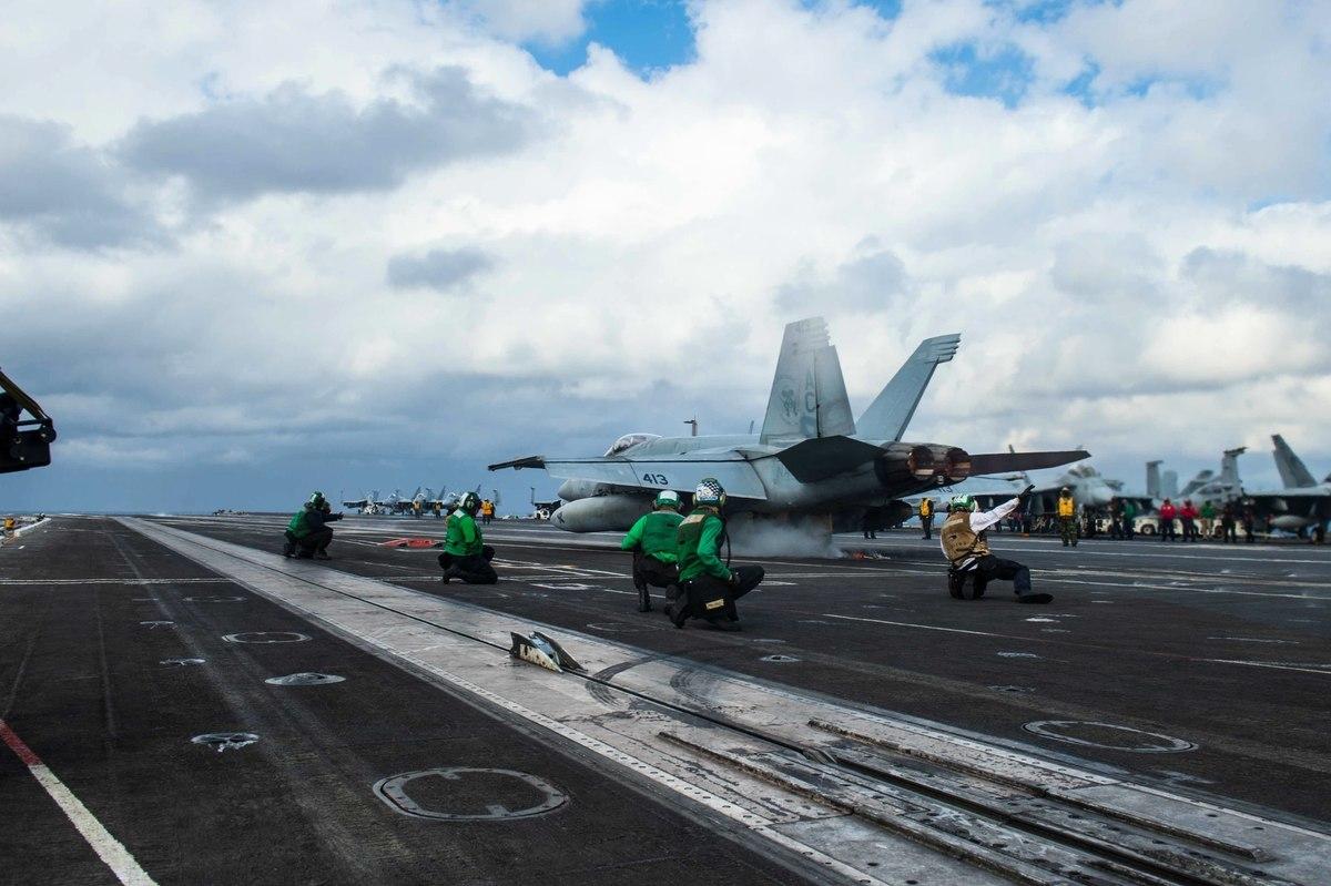 印太地區局勢緊張,美國國防部在印太區域同時部署三艘航母打擊群。美軍戰略司令部司令警告:中俄或對美發動核戰。圖為F / A-18E超級大黃蜂在尼米茲號航母的甲板上起飛。(Class Cameron Pinske /U.S. Navy)