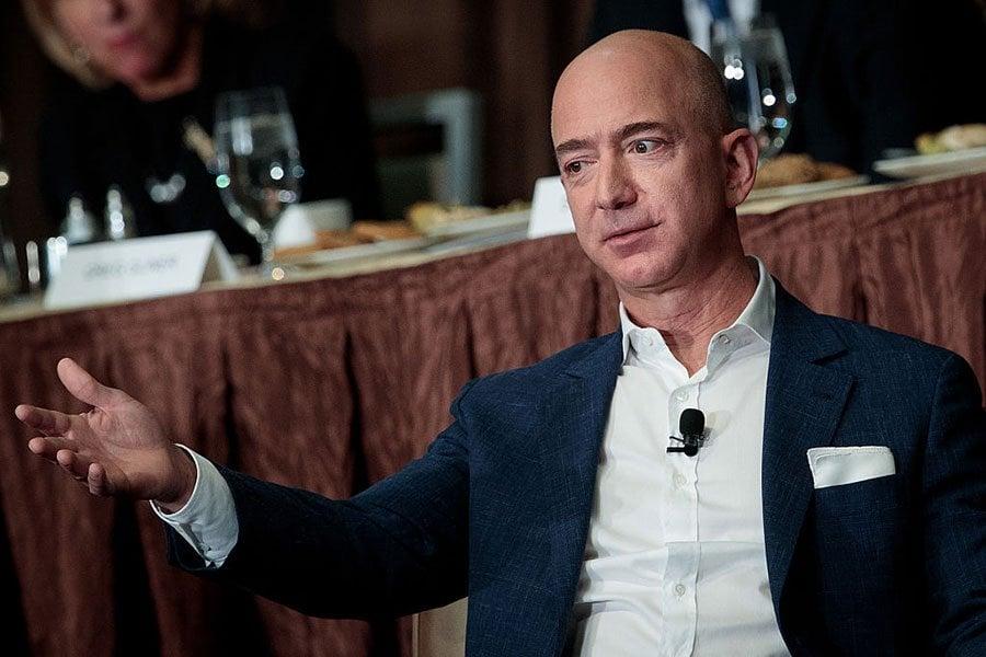 2月2日,電商巨頭亞馬遜創辦人貝佐斯宣佈,將在今年第三季辭去擔任27年的行政總裁一職。(Drew Angerer/Getty Images)