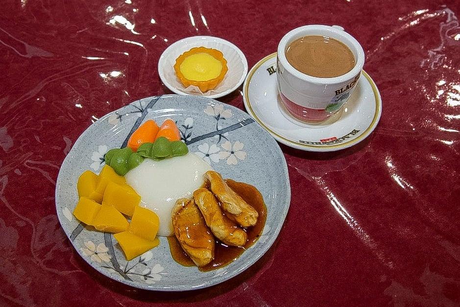 國際廚藝學院學生曾詩敏設計的軟餐「重拾香港懷舊冰室味道」——滷水雞髀飯配番薯撻及港式熱奶茶,榮獲冠軍。(香港社會服務聯會Facebook)