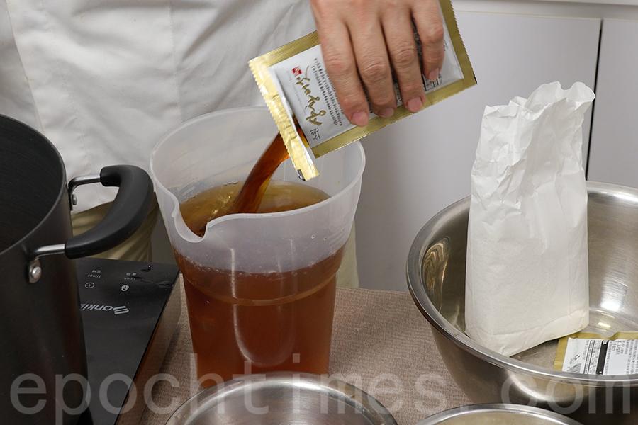 準備1.5公升水,加入正世五年植桑黃超濃縮原液。(陳仲明/大紀元)