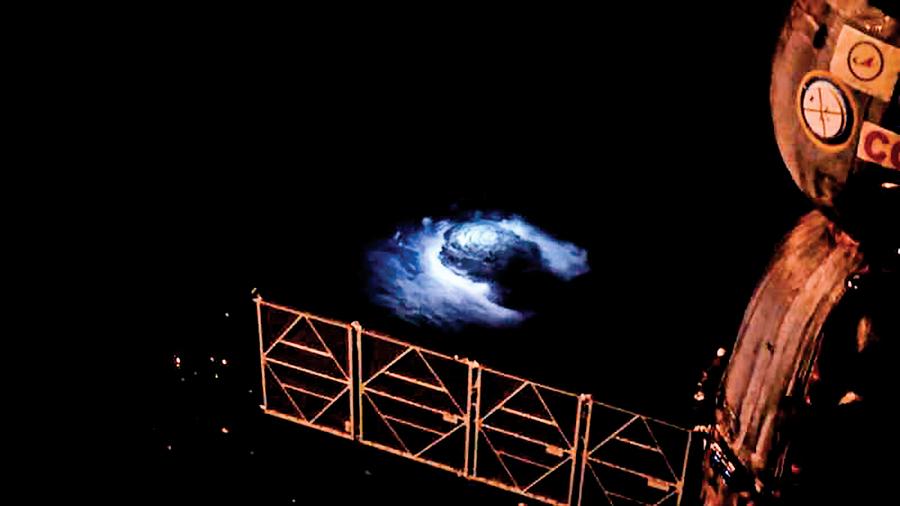 從太空站首次看到藍色閃電「衝出雲霄」