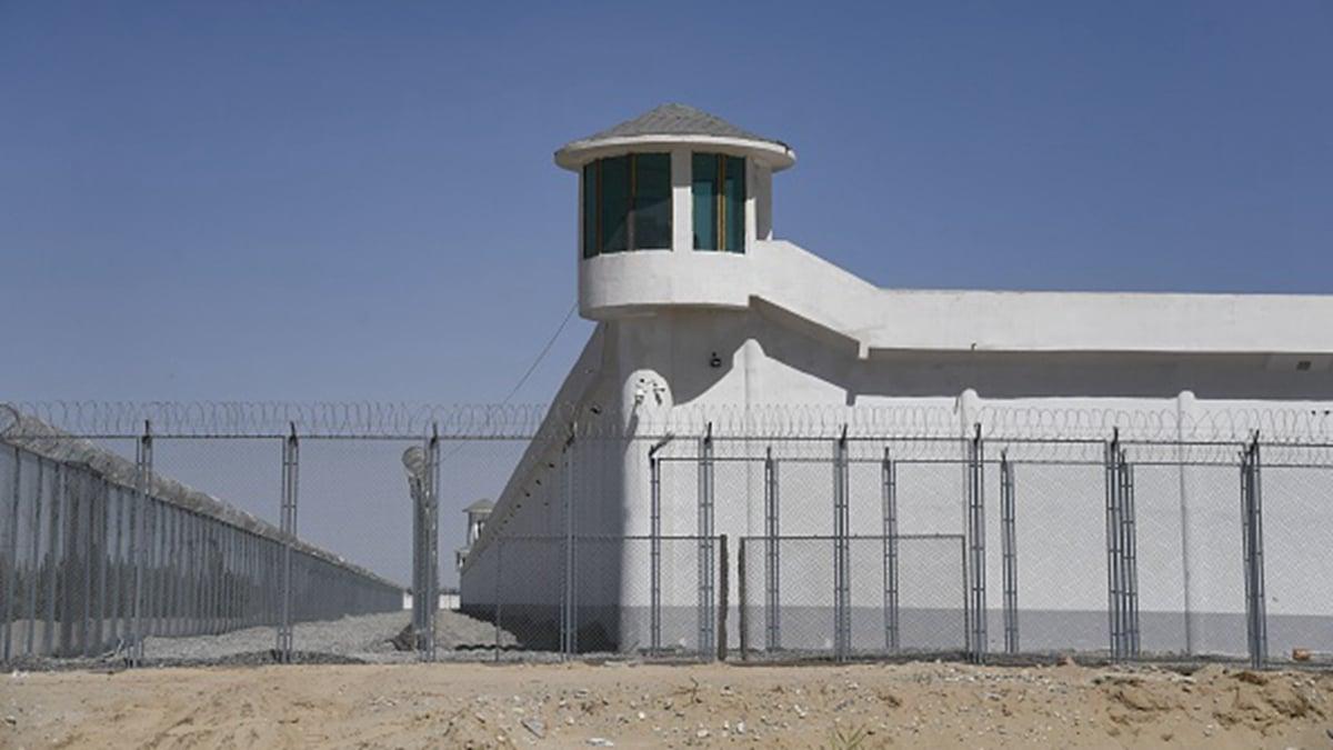 圖為新疆的一個瞭望塔,據信附近是「再教育營」。(GREG BAKER/AFP via Getty Images)