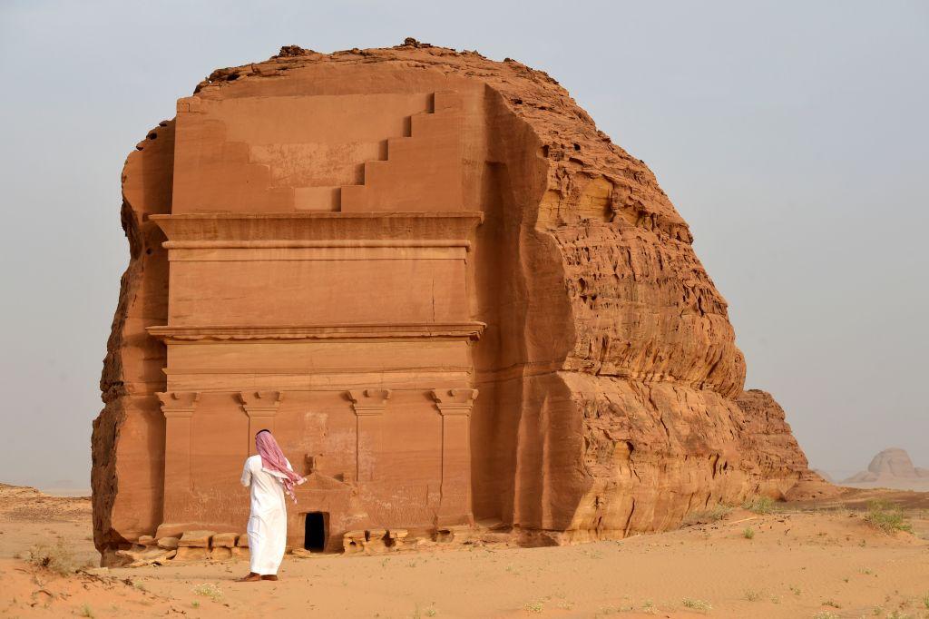 近年油價大幅波動,沙地政府冀到2030年,旅遊業可為GDP貢獻10%。圖為沙地阿拉伯的考古遺址Qasr al-Farid tomb (The Lonely Castle)。(FAYEZ NURELDINE/AFP via Getty Images)