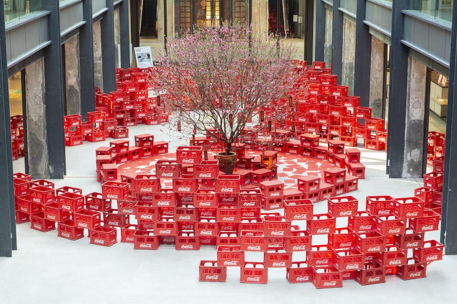 超過500個可口可樂膠箱升級再造成新年裝飾,「『紅』運當頭」環保藝術裝置進駐南豐紗廠。(南豐紗廠提供)