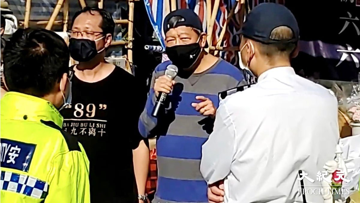 支聯會在維園的攤位,遭到食環署打壓要求交還攤位,是32年來首次。支聯會早上7時提早開檔據理力爭,批評國安法後香港自由全面收緊。(Billy Chen/大紀元)