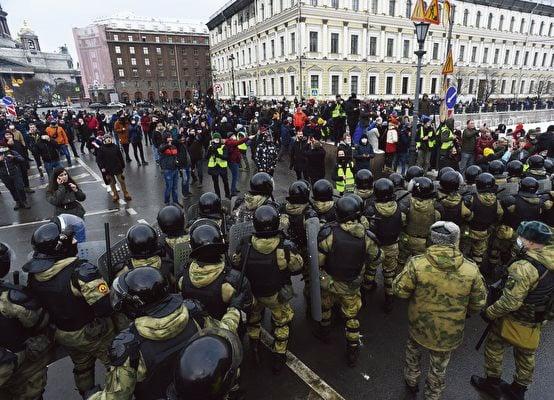 圖為2021年1月31日,在俄羅斯聖彼得堡聲援反對派領袖納瓦尼的上街示威民眾。(Getty Images)